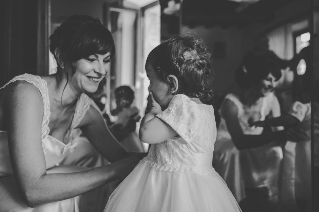 matrimonio a tenuta san liberato - sposa prepara la figlia