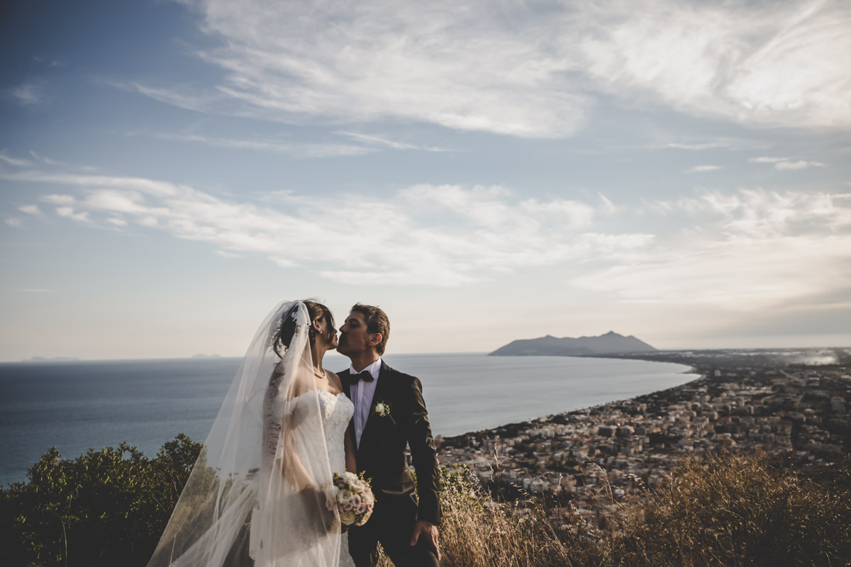 SILVIA CLERI REAL WEDDING MATRIMONIO A TERRACINA RITRATTO SPOSI CON PANORAMA